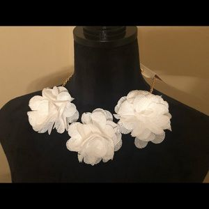 Jewelry - White floral necklace